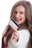 Młoda kobieta pokazuje kartę debetową lub kredyt Zdjęcie Stock