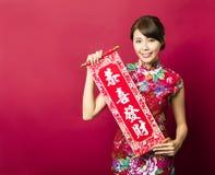 Młoda kobieta pokazuje wiosna festiwalu przyśpiewki Obrazy Royalty Free