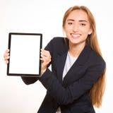 Młoda kobieta pokazywać pastylka PECETA. obrazy stock