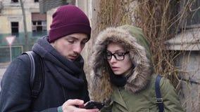 Młoda kobieta pomaga mężczyzna znajdować sposób hotel, pokazuje kierunek zbiory wideo