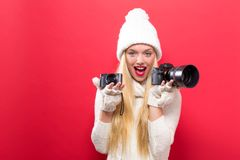 Młoda kobieta porównuje fachowe i ścisłe kamery obraz stock