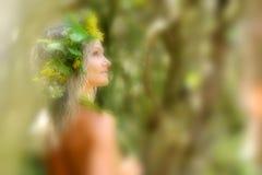Młoda kobieta portret jest ubranym wianek w lecie zdjęcia royalty free