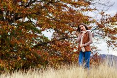 Młoda kobieta portret w jesień kolorze Zdjęcie Royalty Free