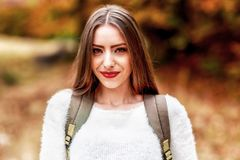 Młoda kobieta portret w jesień kolorze Zdjęcia Stock
