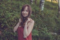 Młoda kobieta portret w lato lesie w górach dosyć Fotografia Stock