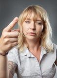 Młoda kobieta portret, zagraża z palcem Obrazy Stock