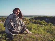 Młoda kobieta pozujący w polu chłodny wiosna dzień fotografia stock