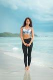Młoda kobieta pozuje na plaży w sportswear Kobieta model na dennym brzeg zdjęcie stock