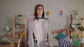 Młoda kobieta próbuje na z oparzenie blizną na jej twarzy odziewa przed lustrem zbiory wideo