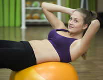 Młoda kobieta pracująca na sprawności fizycznej piłce out Obraz Stock