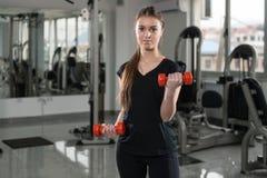 Młoda Kobieta Pracujący bicepsy Z Dumbbells Out obraz royalty free