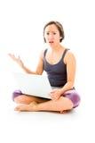 Młoda kobieta pracuje na laptopie z patrzeć martwiący się fotografia stock