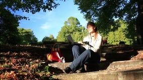 Młoda kobieta pracuje outdoors na laptopie zdjęcie wideo