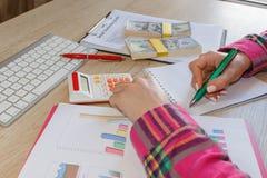 Młoda kobieta pracuje w domu, siedzący przy biurkiem, używać komputer Biznesowa dotacja i finanse pojęcie fotografia stock