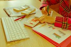 Młoda kobieta pracuje w domu, siedzący przy biurkiem, używać komputer Biznesowa dotacja i finanse pojęcie zdjęcia stock