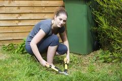 Młoda kobieta pracuje z ogrodowym pruner w ogródzie obrazy stock