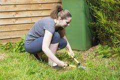 Młoda kobieta pracuje z ogrodowym pruner w ogródzie zdjęcie royalty free