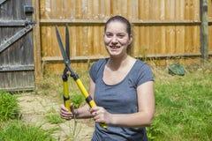 Młoda kobieta pracuje z ogrodowym pruner w ogródzie zdjęcia stock