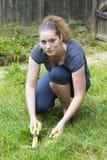 Młoda kobieta pracuje z ogrodowym pruner w ogródzie fotografia royalty free