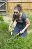 Młoda kobieta pracuje z ogrodowym pruner w ogródzie obraz royalty free