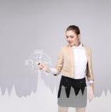 Młoda kobieta pracuje z wykres mapą Przyszłościowe technologie dla biznesu, rynku papierów wartościowych pojęcie Obrazy Royalty Free