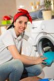 Młoda kobieta pralnianego dzień w domu Zdjęcie Stock