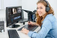 Młoda kobieta projektant używa grafiki pastylkę dla wideo edytorstwa Obraz Stock