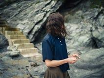 Młoda kobieta prowadzi w górę falezy w naturze schodkami Zdjęcie Stock