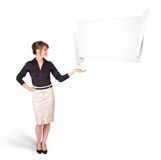 Młoda kobieta przedstawia abstrakcjonistyczną origami kopii przestrzeń Fotografia Stock