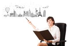 Młoda kobieta przedstawia sławnych miasta i punkty zwrotnych Obraz Royalty Free