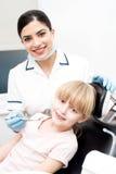Młoda kobieta przy dentystą fotografia stock