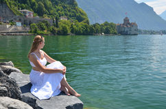 Młoda kobieta przy Lemańskim jeziorem Obrazy Stock