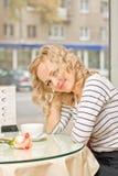 Młoda kobieta przy małą kawiarnią Zdjęcia Royalty Free