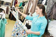 Młoda kobieta przy odzieżowym zakupy obrazy royalty free