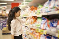 Młoda kobieta przy rynkiem Zdjęcia Stock