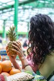 Młoda kobieta przy rynkiem Zdjęcie Royalty Free