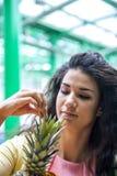 Młoda kobieta przy rynkiem Fotografia Royalty Free