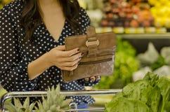 Młoda kobieta przy sklep spożywczy Fotografia Royalty Free