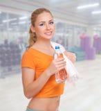 Młoda kobieta przy sprawność fizyczna klubem obrazy stock