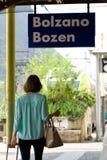 Młoda kobieta przy stacją kolejową obrazy royalty free