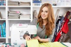 Młoda kobieta przy szwalną maszyną obraz stock