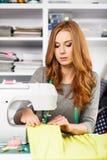 Młoda kobieta przy szwalną maszyną obrazy royalty free
