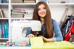 Młoda kobieta przy szwalną maszyną zdjęcie stock