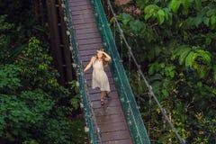 Młoda kobieta przy zawieszenie mostem w Kuala Lumpur, Malezja zdjęcia royalty free