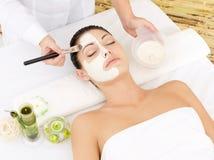 Młoda kobieta przy zdroju salonem z maską na twarzy Obraz Royalty Free
