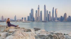 Młoda kobieta przy zmierzchem z Dubaj Marina przy tłem Zdjęcie Royalty Free