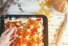 Młoda kobieta przygotowywa jedzenie, smakowitych warzywa i mięso, fotografia royalty free