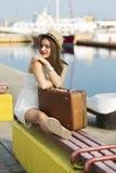 Młoda kobieta przygotowywająca dla dennego rejsu Zdjęcia Stock