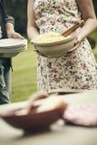 Młoda kobieta przynosi puchar spaghetti zdjęcia royalty free