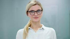Młoda kobieta psycholog przygotowywa nagrywać jej prezentację z flipchart przed kamerą zbiory wideo